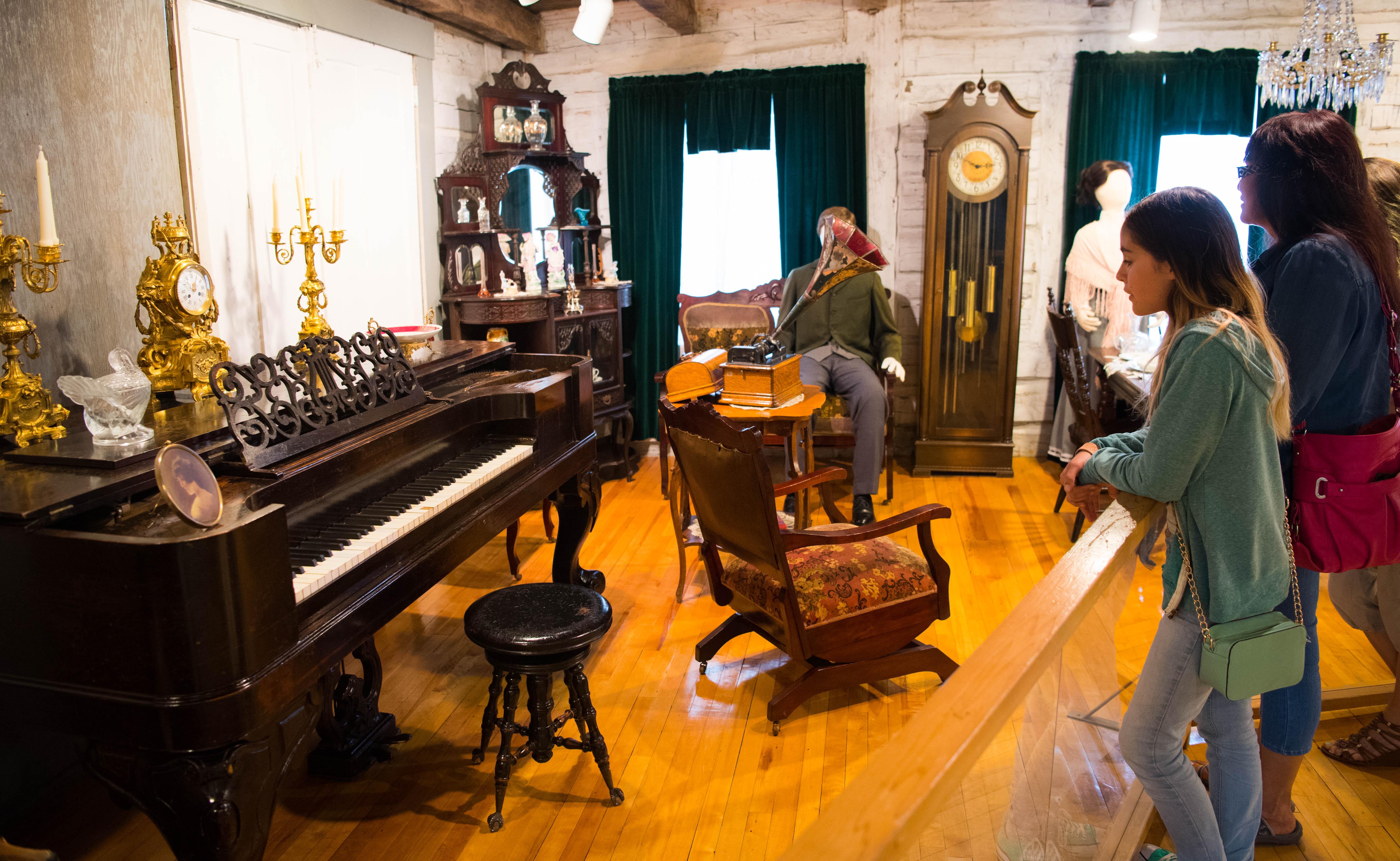 Salon_piano avec visiteurs